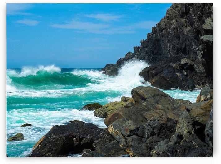 Waves on the rocks by Skyeleaf