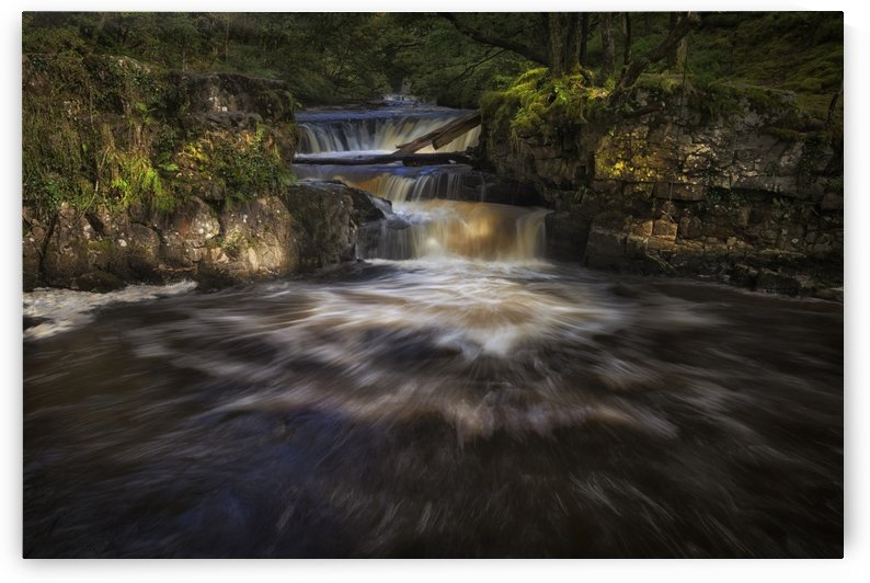 Rushing water at Horseshoe falls by Leighton Collins