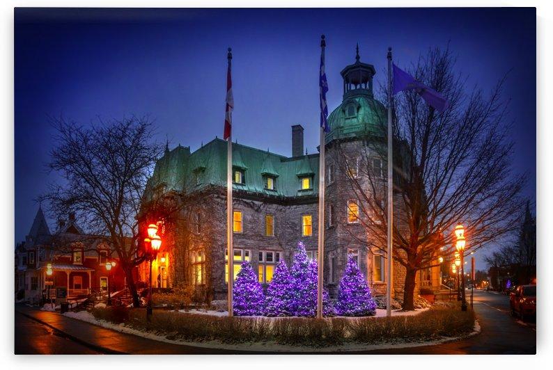 Vue de nuit de l'Hotel de ville de Saint-Hyacinthe decore pour la periode des fetes en decembre by Francois Lariviere