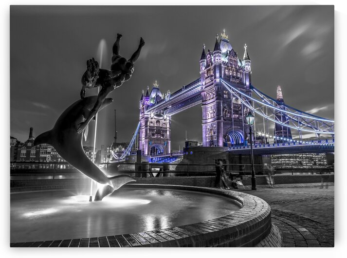 Fountian next to tower bridge, London, UK by Assaf Frank