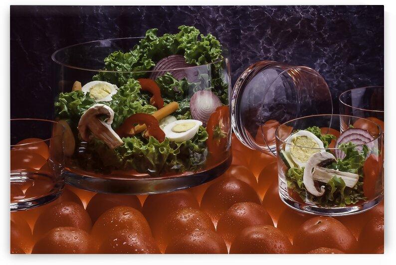 Bols remplis de salade deposes sur un fond de tomates entieres retro-eclaires - Salad filled bowls set on a backlit whole tomato background by Daniel Ouellette