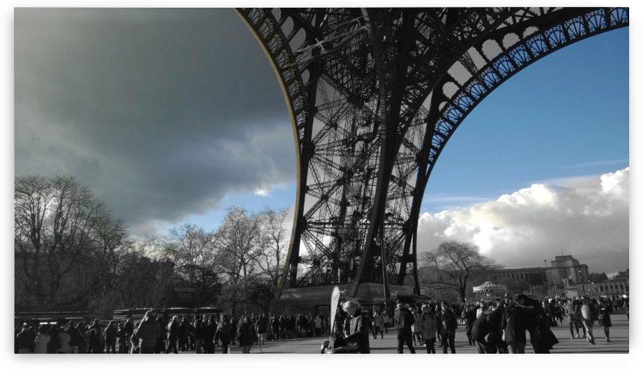 Eiffel tower eyes Paris by splash