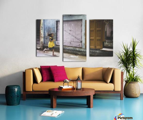 Varanasi Window - The girl Impression sur toile